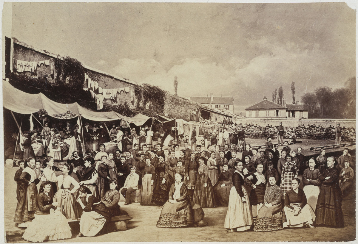 Photomontage montrant une représentation de la prison des Chantiers à Versailles avec les femmes de la Commune de Paris prisonnières.