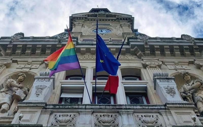 Sur le devant de la Mairie du 12e, le drapeau LGBT flotte aux côtés des drapeaux français et européen.