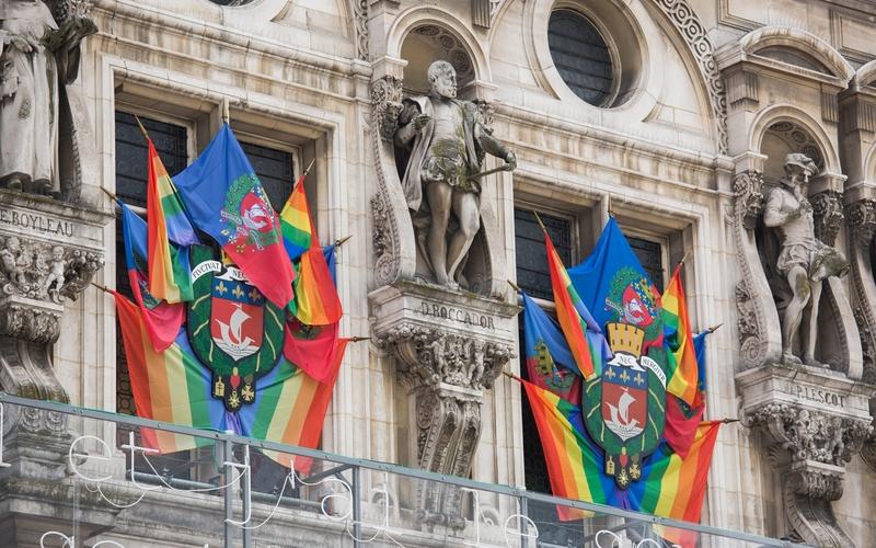 Pavoisement LGBT façade de l'Hôtel de Ville