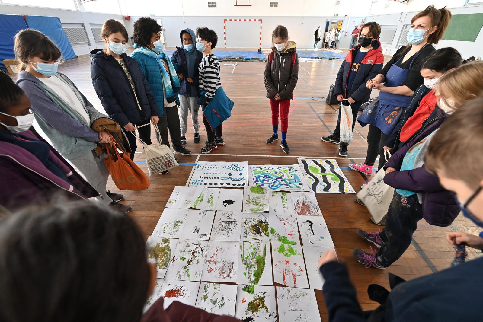 """Journées des Arts Plastiques 2021 """" Traces """" les enfants se regroupent autour de leurs créations avec leur professeur pour faire un point sur les résultats obtenus. Gymnase Picpus 12e"""