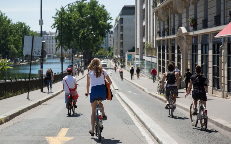 Cyclistes au bord du canal Saint Martin.