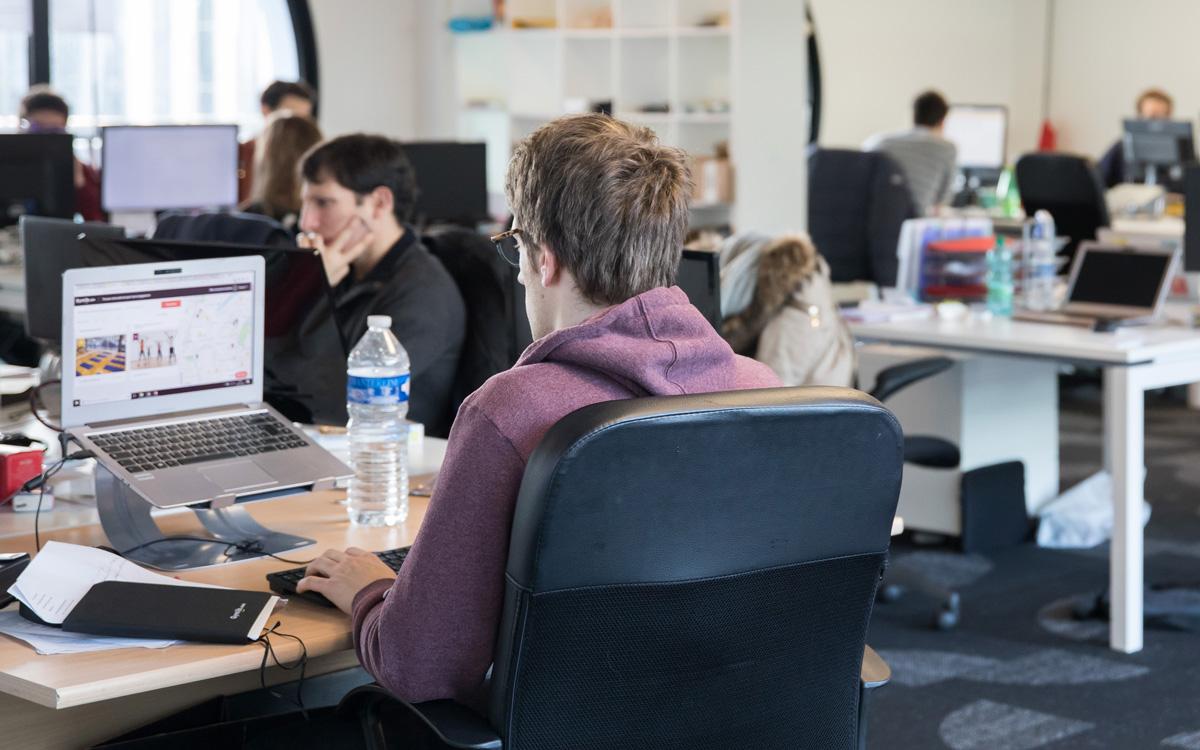 Espace de travail dans une start up.