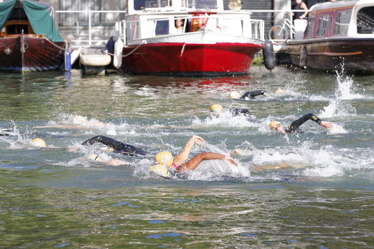 Course de nage libre dans le bassin de la Villette.