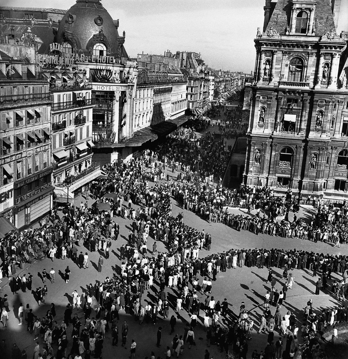 Libération de Paris. Foule devant l'Hôtel de Ville, 25 août 1944.