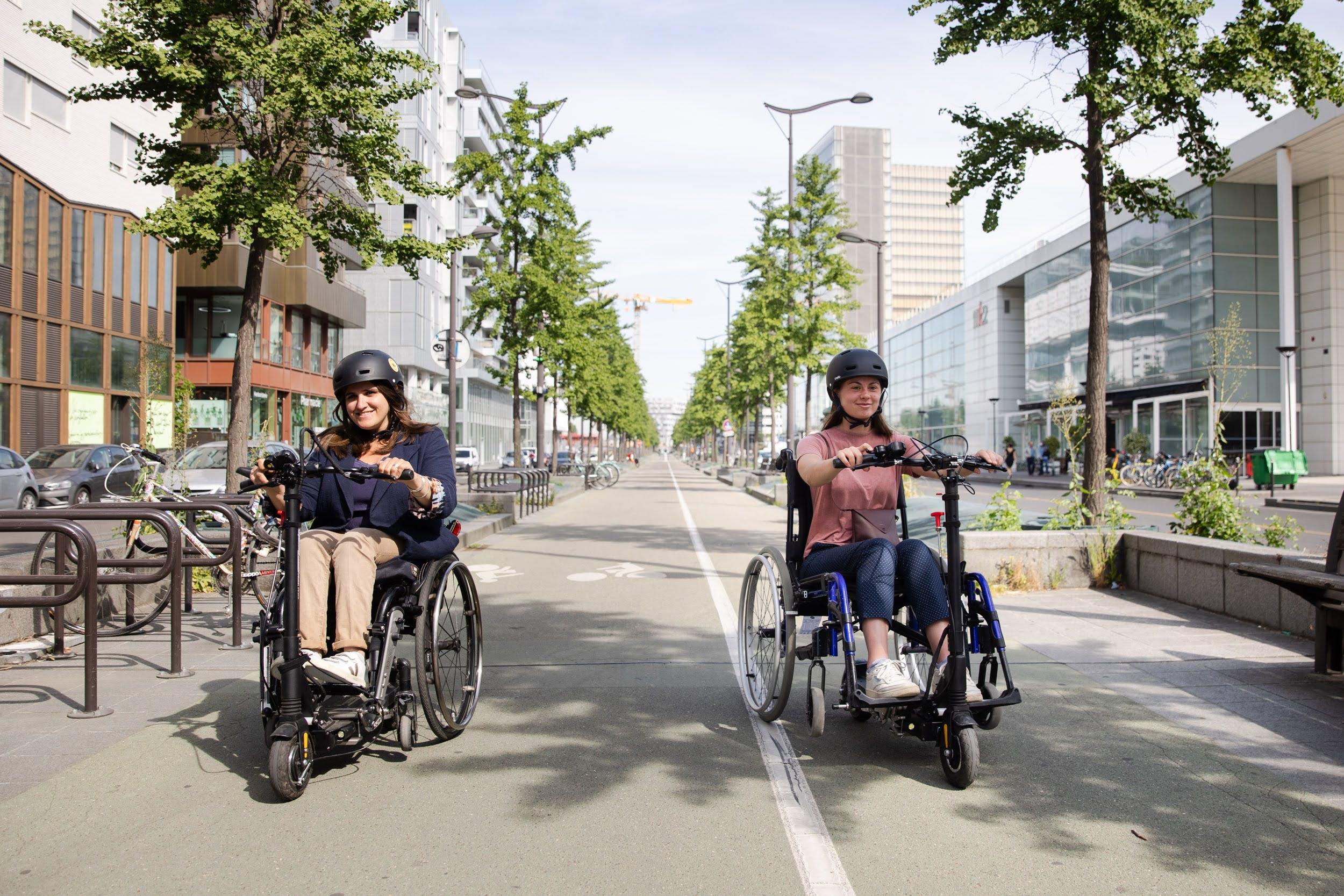 Fixation pour utiliser les trottinettes électriques en fauteuil roulant