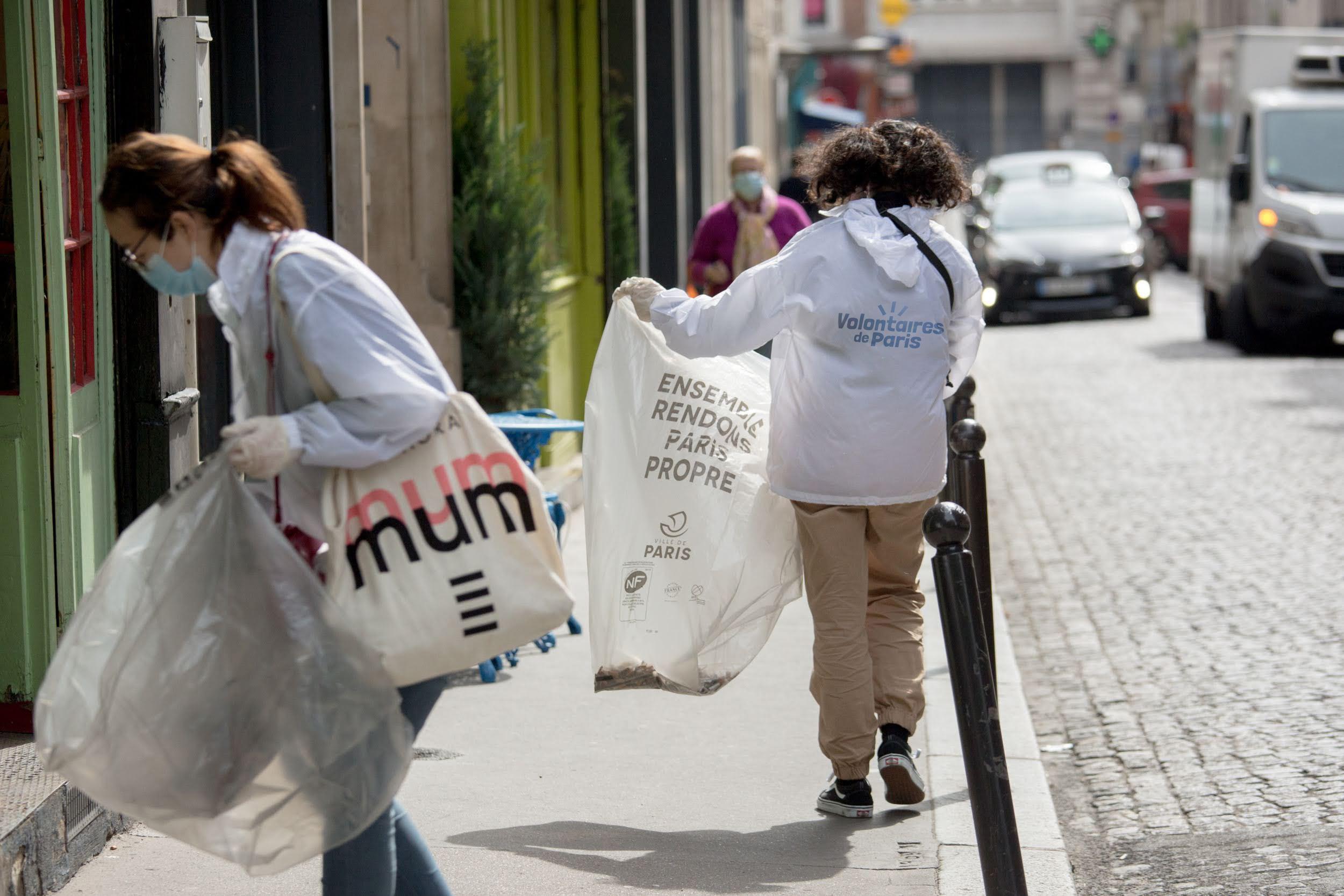 Action ramassage de mégots par les Volontaires de Paris