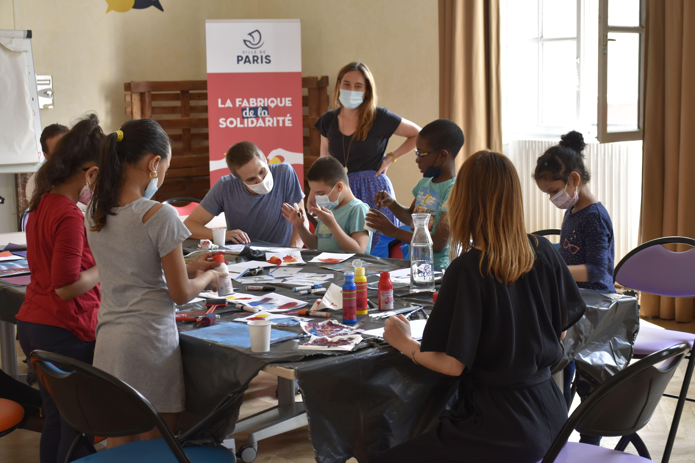 Atelier d'arts plastiques à la Fabrique de la Solidarité avec des enfants hébergés par le Samusocial de Paris