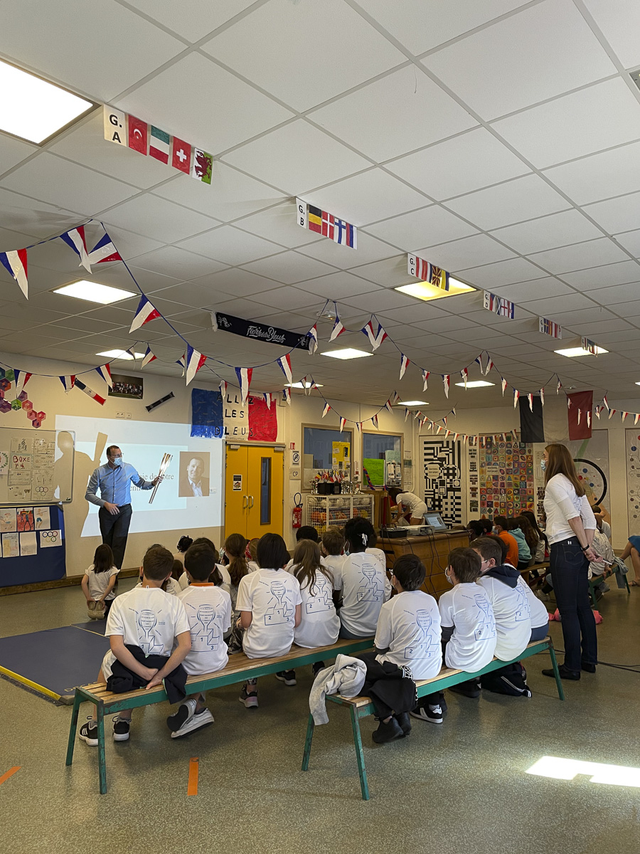 Eric Monnin relayeur de la flamme Olympique dans une école du 15e
