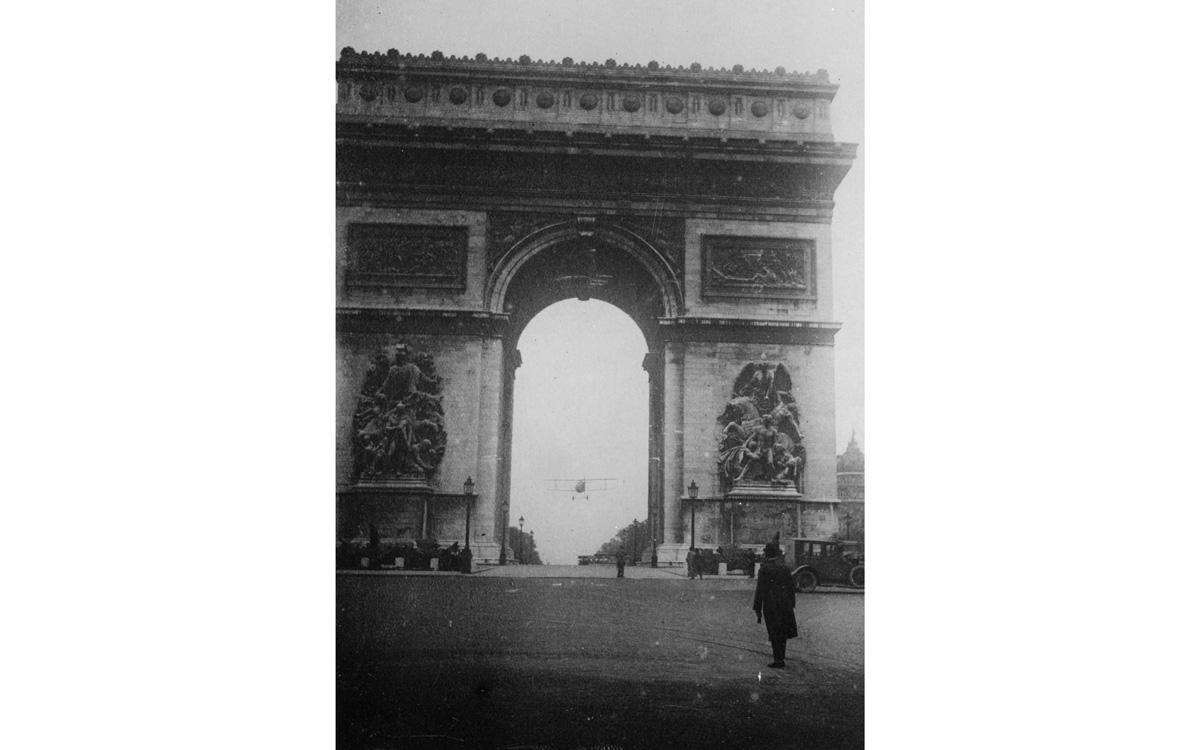L'adjudant-chef Charles Godefroy (1888-1958) passant en avion sous l'Arc de triomphe. 7 août 1919.