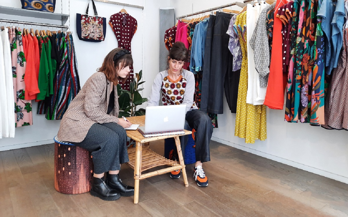 un étudiant- un commerçant connecté - Clémence et Gaëlle dans la boutique Gaëlle Barré