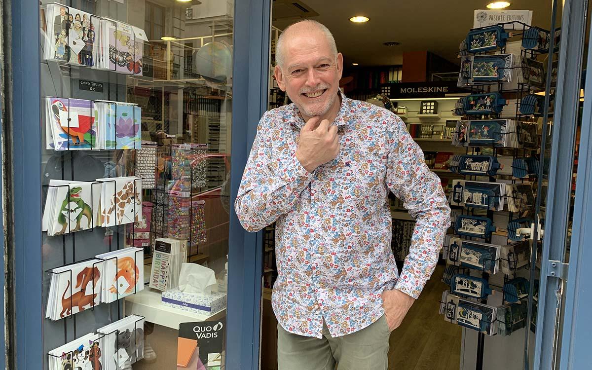 Jean-Marc Maupoil devant la boutique Lancryer
