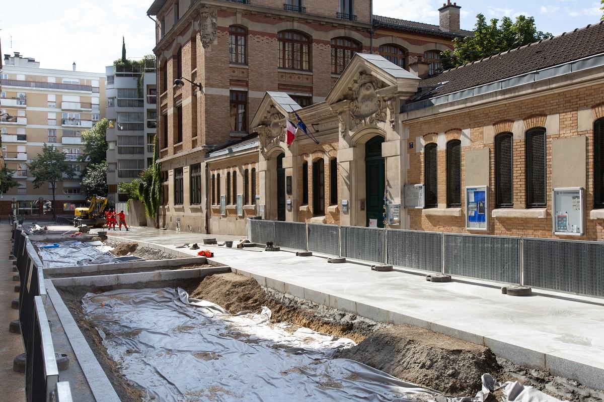 """Photo d'un chantier de piétonnisation de la rue de la Providence dans le cadre du programme """"Rue aux Écoles"""""""