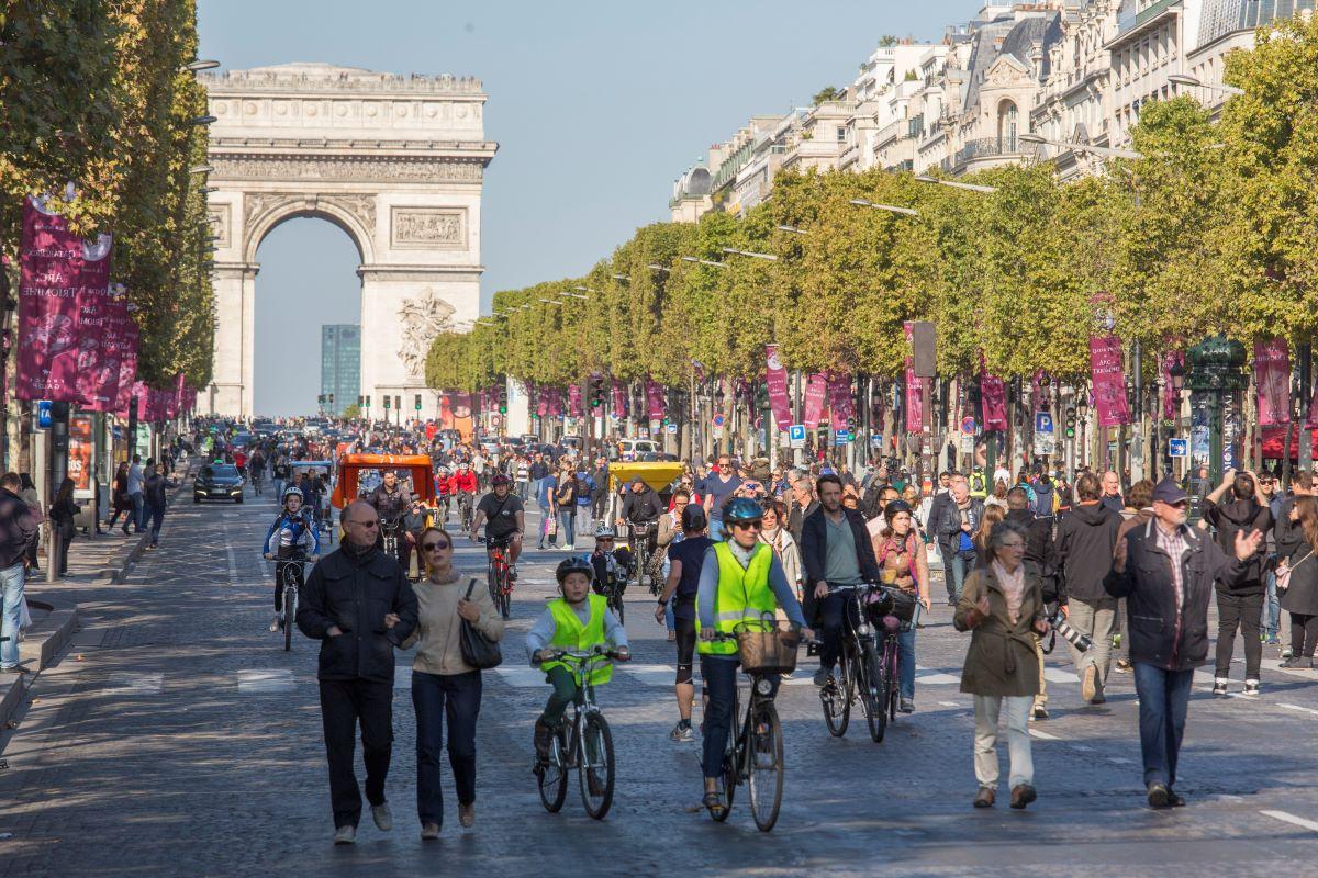 Piétons et cyclistes sur les Champs Elysées lors de la première journée sans voiture le 27 septembre 2015. voiture le