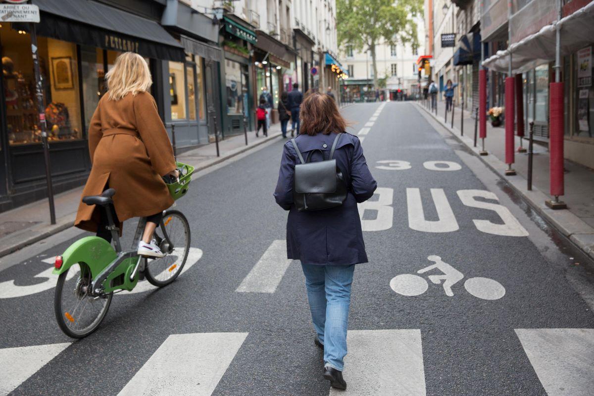 Cycliste et piéton lors de la Journée sans voiture 2020