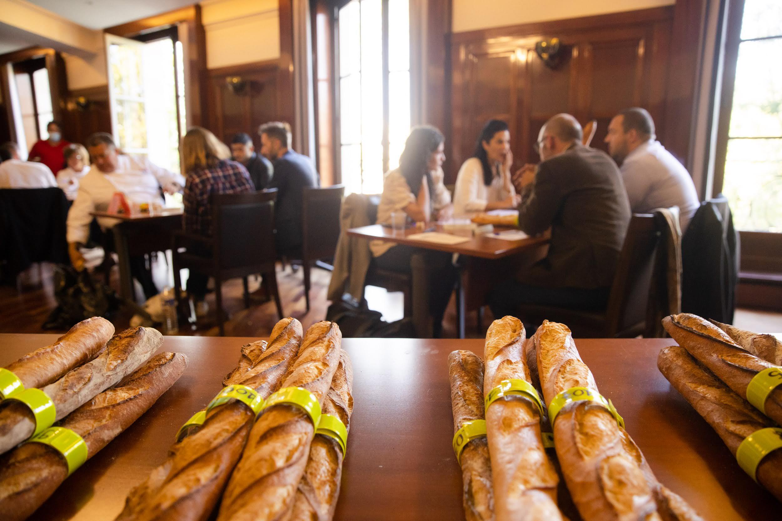Le jury réuni en petits groupes face à des lots de baguettes numérotées.
