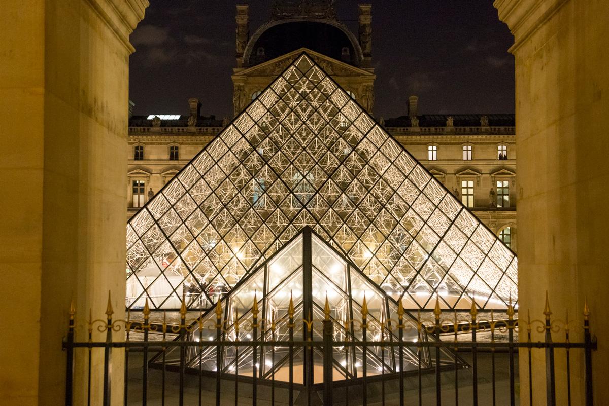 La Pyramide du Louvre la nuit