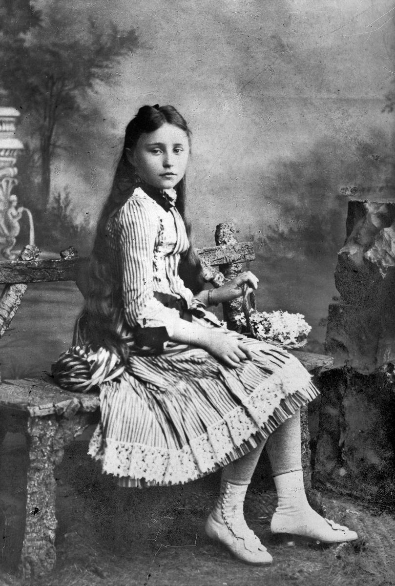 Colette (1873-1954), écrivain français, à 13 ans.
