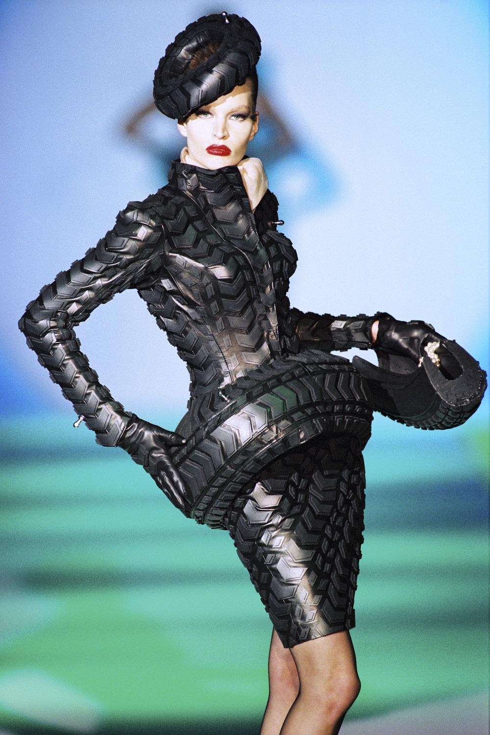 Collection « Les Insectes », haute couture printemps-été 1997 Tailleur en caoutchouc, effet « pneu ». Collaboration avec Abel Villarreal