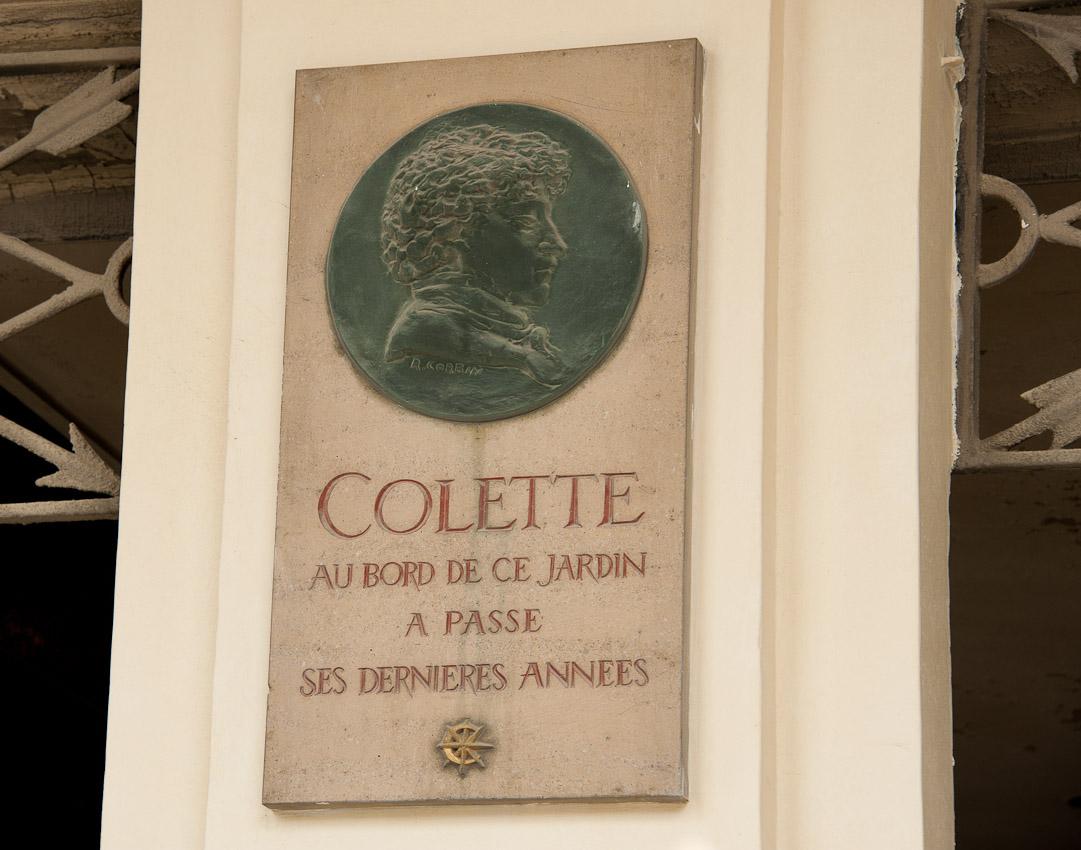 Une plaque commémorative en hommage à Colette