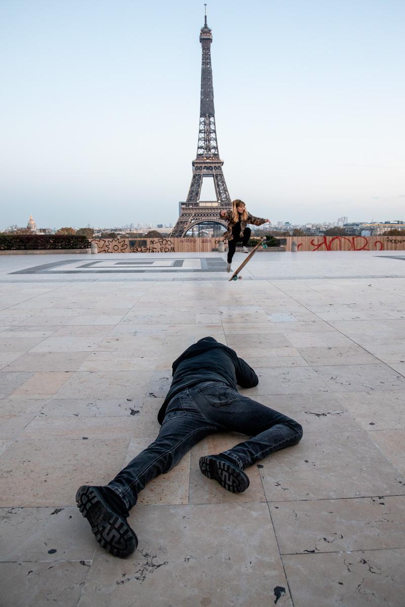 Nikos Aliagas en train de photographier une Parisienne.