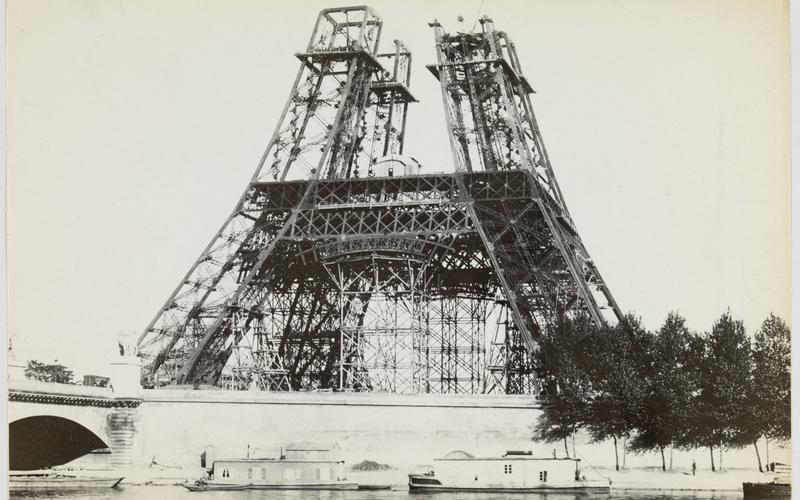 Vue de la Tour Eiffel en construction lors de l'exposition universelle de 1889
