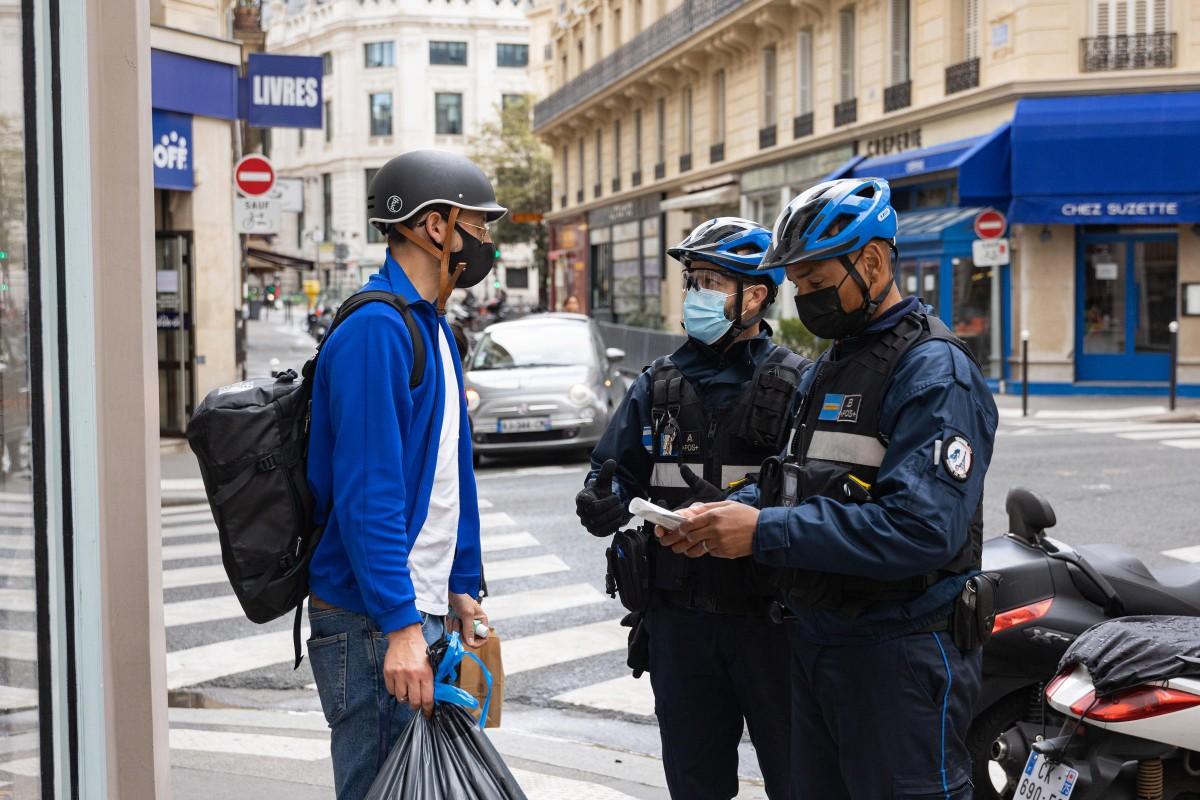 Des agents de la police municipale et un Parisien