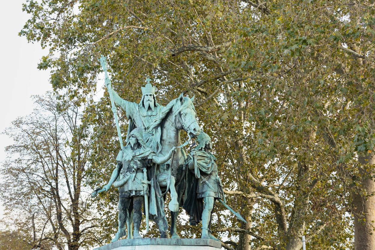 Statue de Charlemagne et ses leudes, trace de l'exposition universelle de 1878