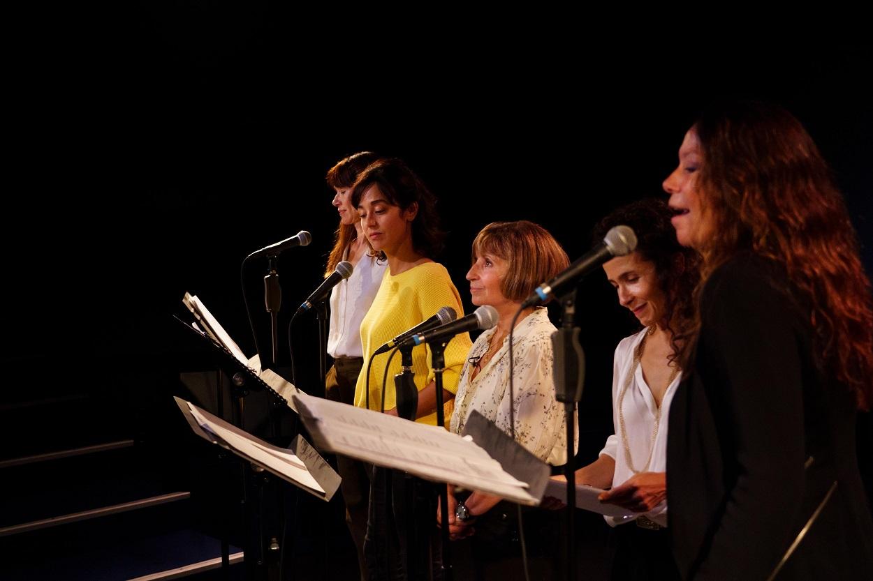 """Ariane Ascaride sur scène avec 4 comédiennes pour le spectacle """"Paris retrouvée"""", La Scala, octobre 2021"""