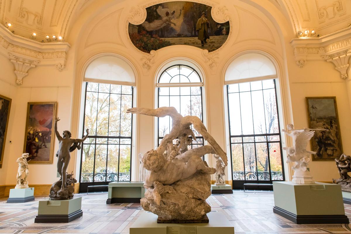 La salle des sculptures du musée du Petit Palais