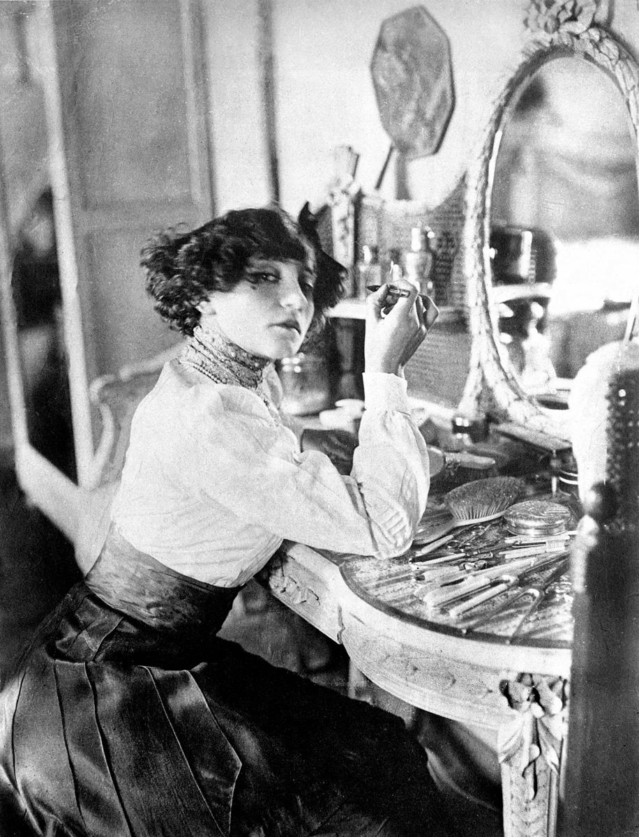 Colette (1873-1954), écrivain français, dans sa loge au music-hall, vers 1906.