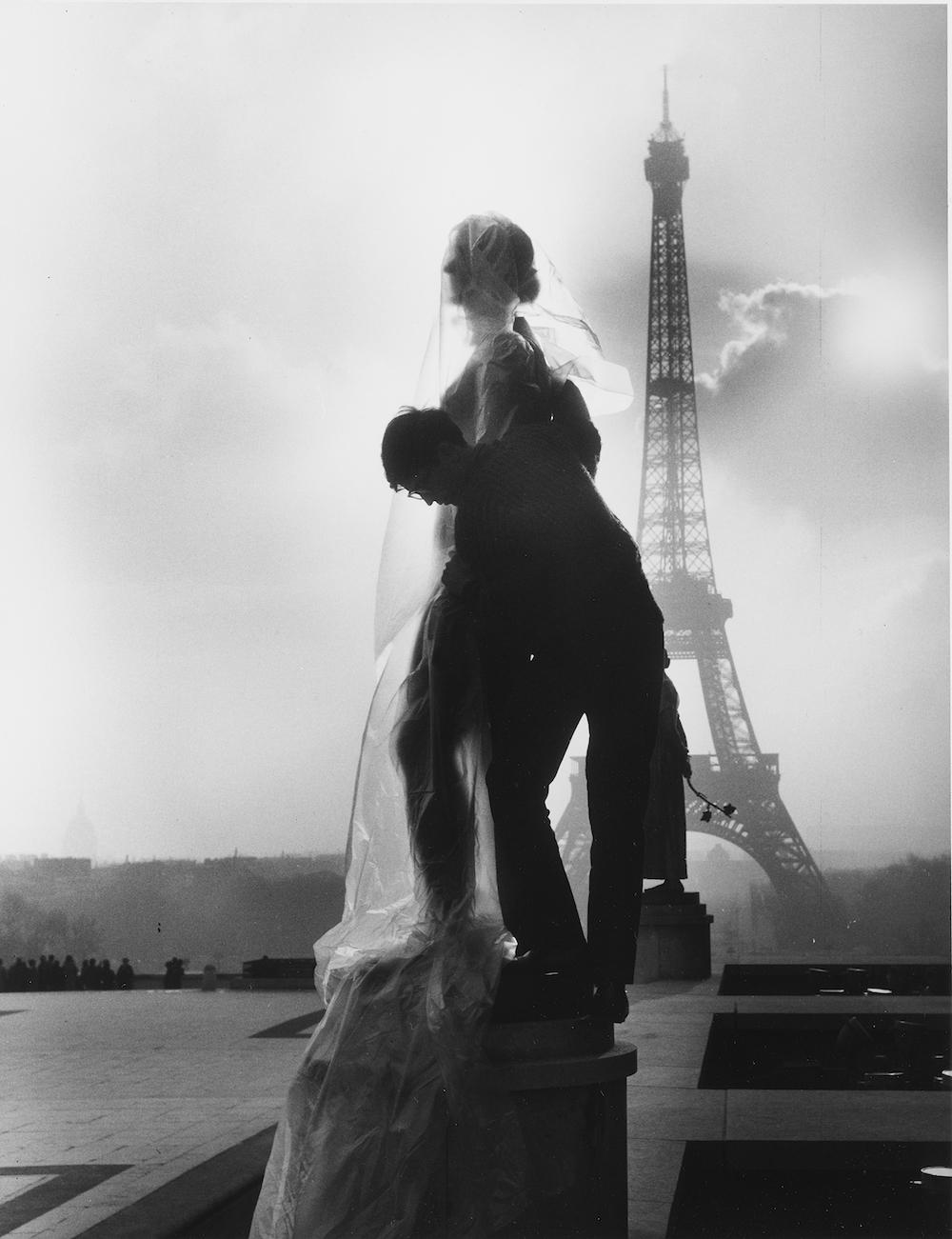 Empaquetage par Christo de la statue Le Printemps de Paul Niclausse,  Esplanade du Trocadéro, Paris, 14 février 1964