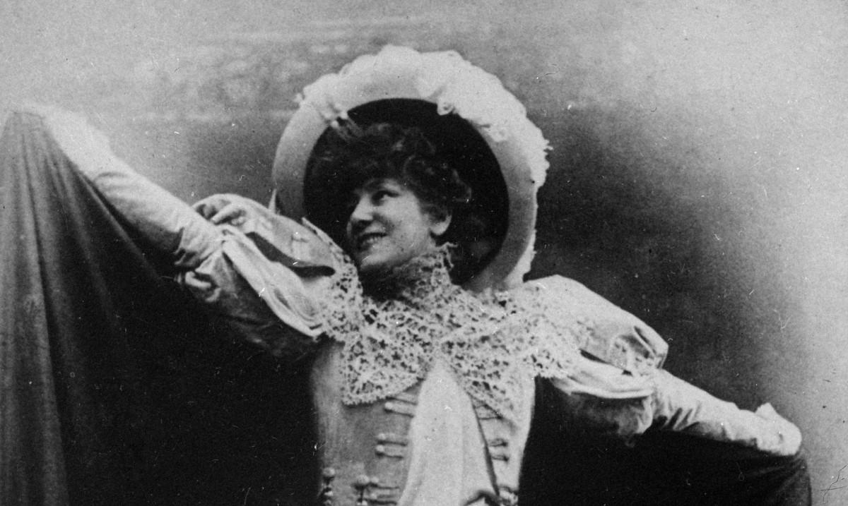 Sarah Bernhardt (1844-1923), comédienne française, interprétant le rôle de Cyrano de Bergerac dans l'acte III de la pièce d'Edmond Rostand.