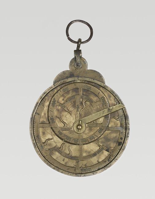 Astrolabe planisphérique France ou Angleterre 2e moitié du 15e siècle Laiton rouge (mère et araignée), laiton jaune (tympans, alidade et réglette)