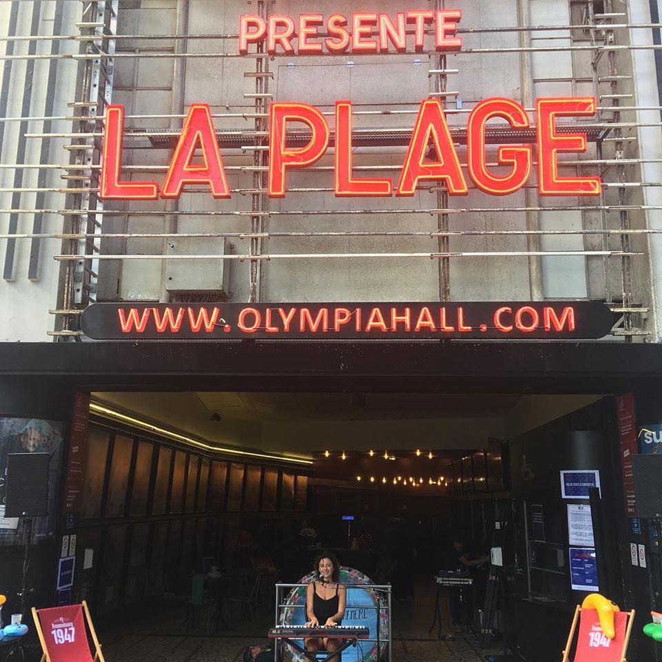 L'artiste Malo Dormoy en plein concert à l'entrée de L'Olympia, dans le cadre de La Plage.