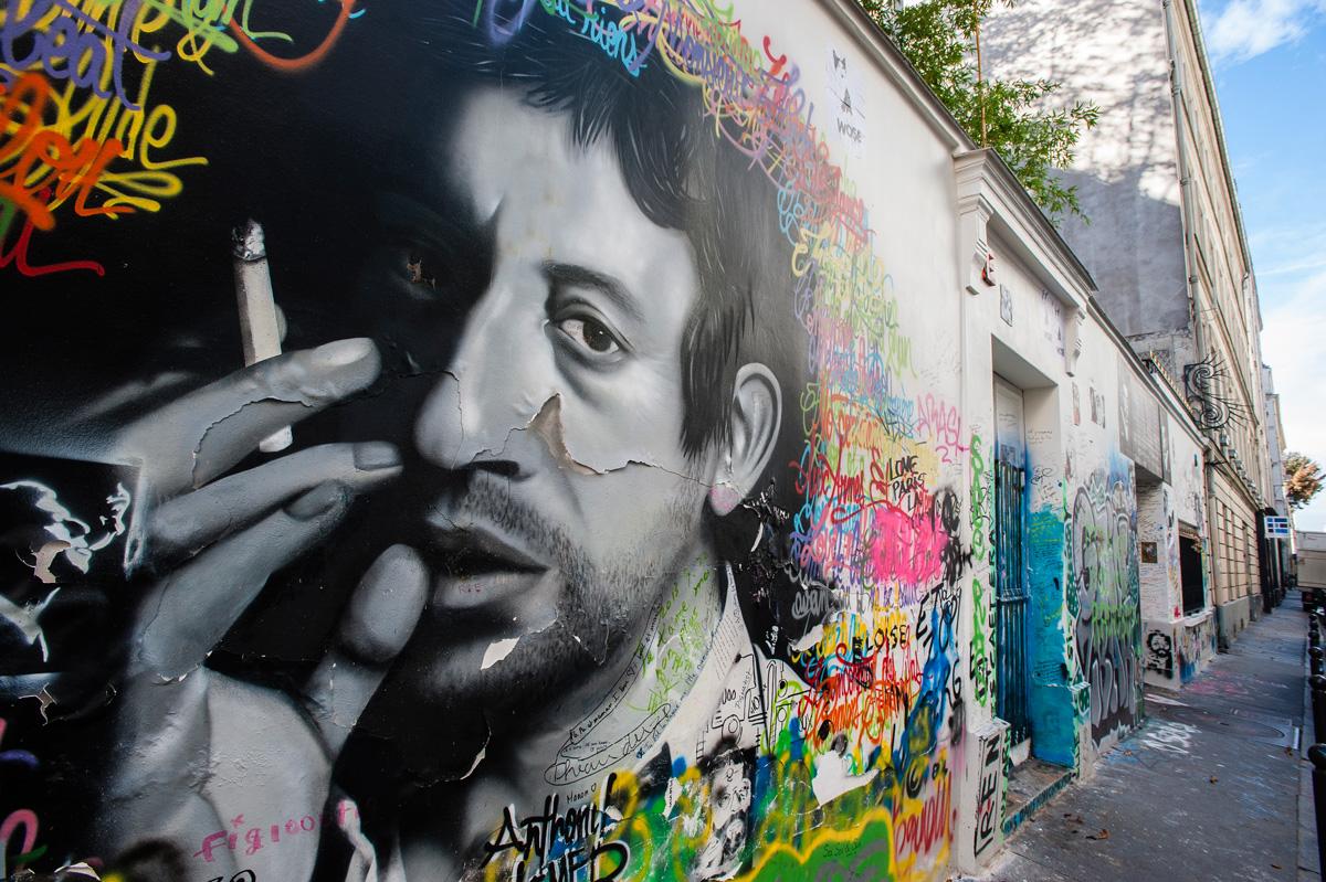 Le mur de sa maison rue de Verneuil (7e)