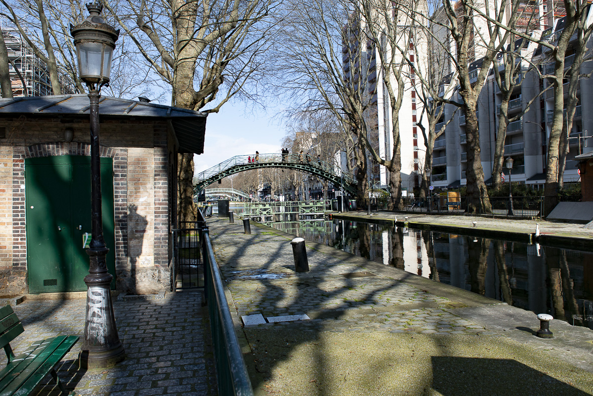 La passerelle de la Grange-aux-Belles passe au dessus de l'écluse des Récollets sur le canal Saint Martin