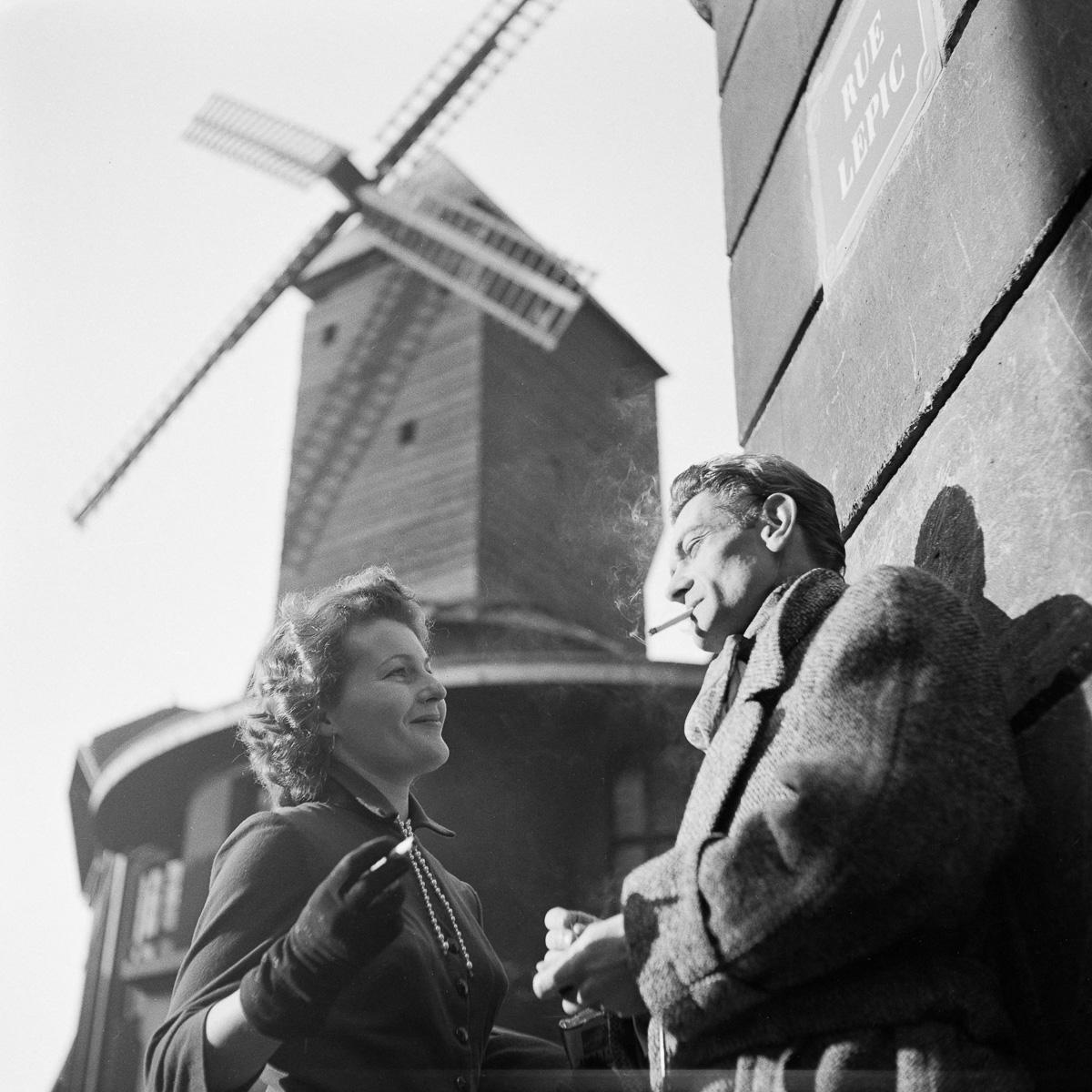 Rue Lepic. Couple devant le moulin de la Galette dans les années 50