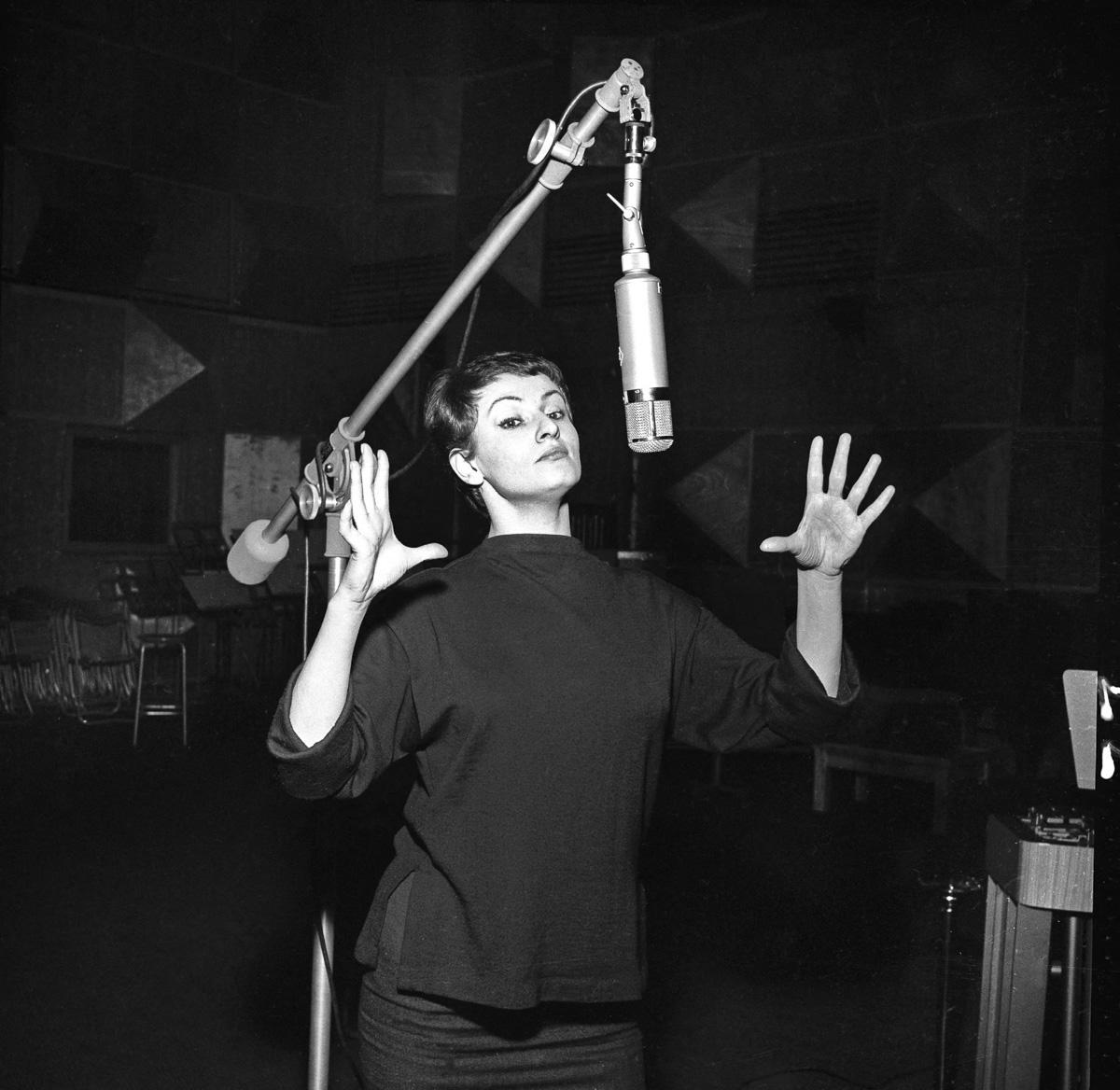 Barbara (1930-1997), auteur-compositeur et chanteuse française.