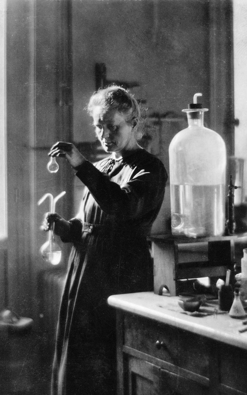 Marie Curie (1867-1934), physicienne française, dans son laboratoire.