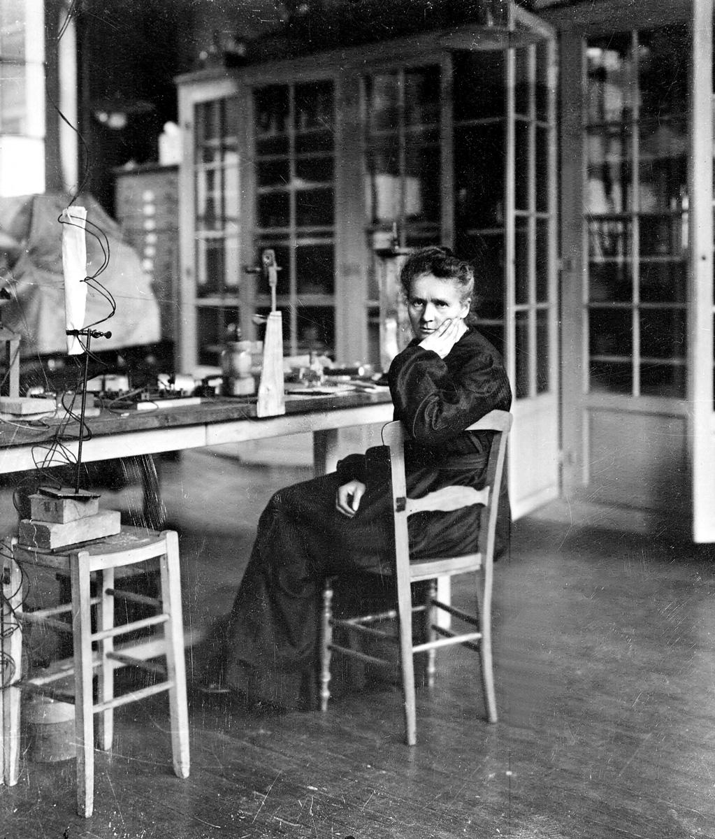 Marie Curie (1867-1934), physicienne française, dans son premier laboratoire installé dans un hangar de l'EPCI, rue Lhomond. Paris (Vème arr.), vers 1905.