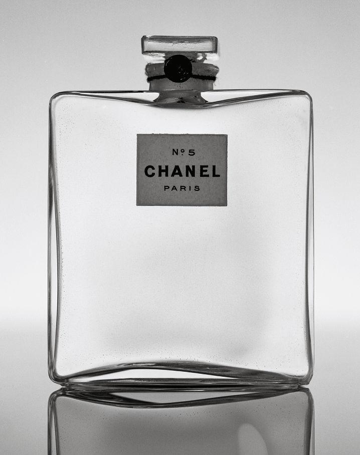 Parfum N ° 5, 1921 Vidrio, cordón de algodón negro, sello de cera negra, papel impreso Parfum N ° 5, 1921 Vidrio, cordón de algodón negro, sello de cera negro, papel impreso Paris, Patrimoine de CHANEL