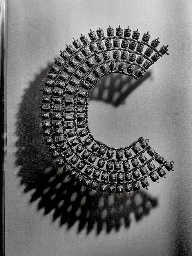 Collar, creación CHANEL realizada por Goossens, entre 1965 y 1971 Vermeil, cristal de roche Collar, diseño CHANEL, realizado por Goossens, entre 1965 y 1971 Plata dorada, cristal de roca Paris, Patrimoine de CHANEL