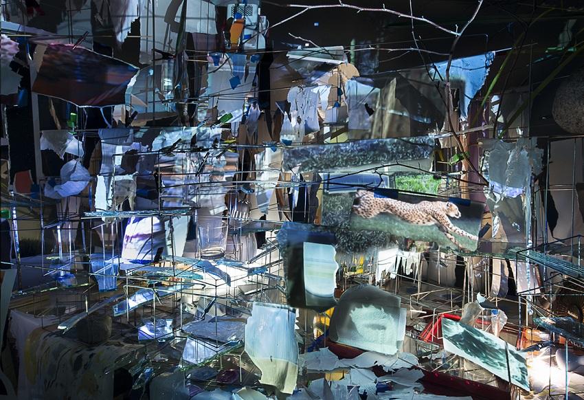 Sarah Sze, Images in Debris, 2018 Matériaux mixtes, miroirs, bois, acier inoxydable, impressions pigmentaires, vidéoprojecteurs, lampes, bureaux, tabourets, échelles, pierre, acrylique. Dimensions variables.