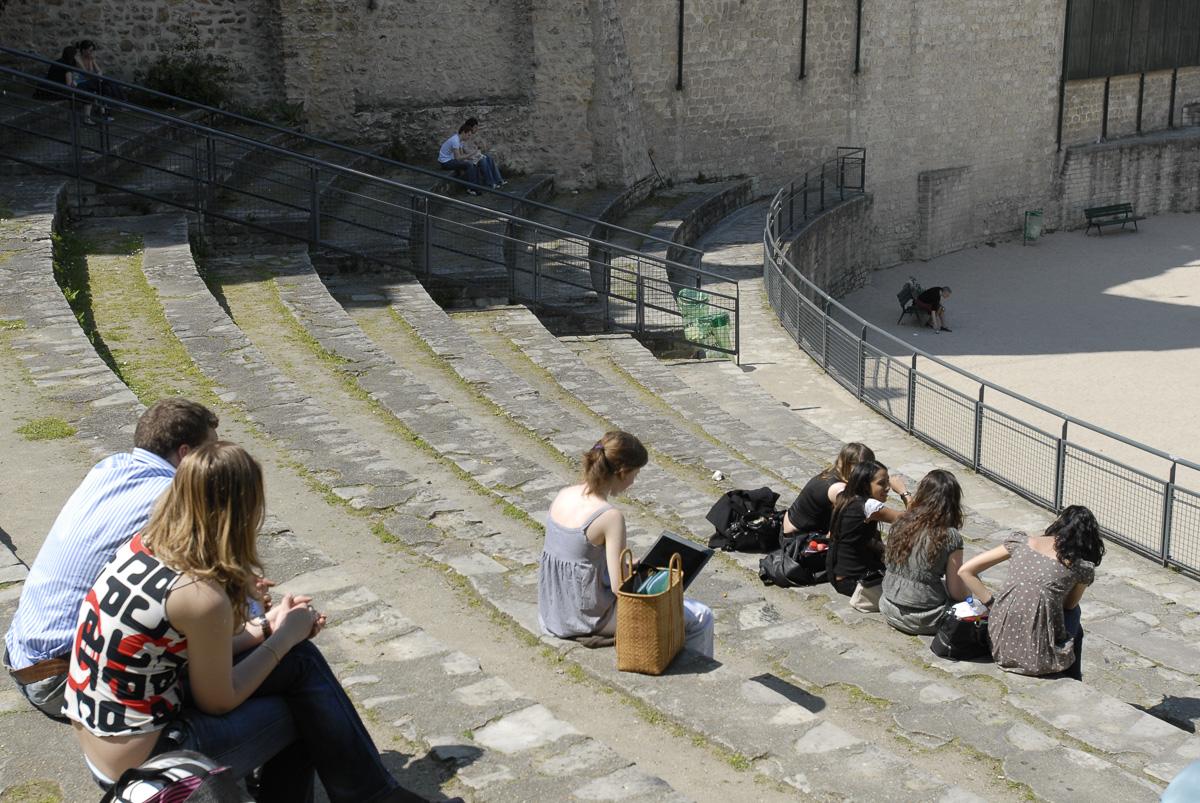Estudiantes en las gradas de los estadios de Lutèce