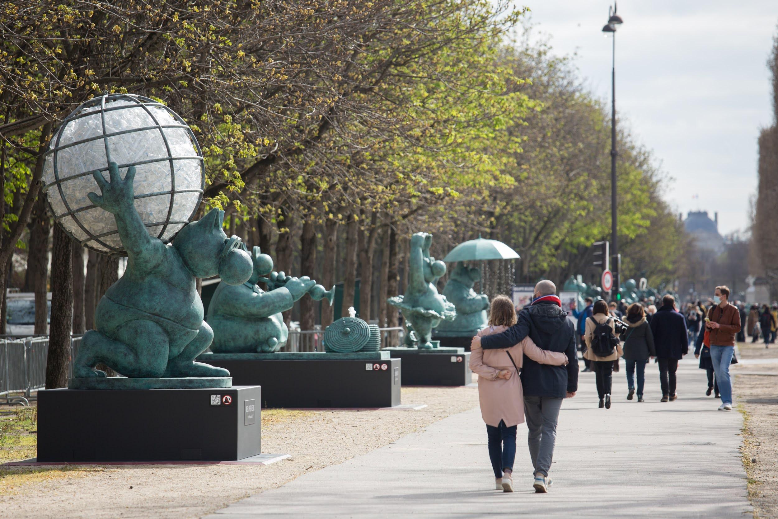 """""""El gato camina"""", esculturas de Philippe Geluck en los Campos Elíseos."""