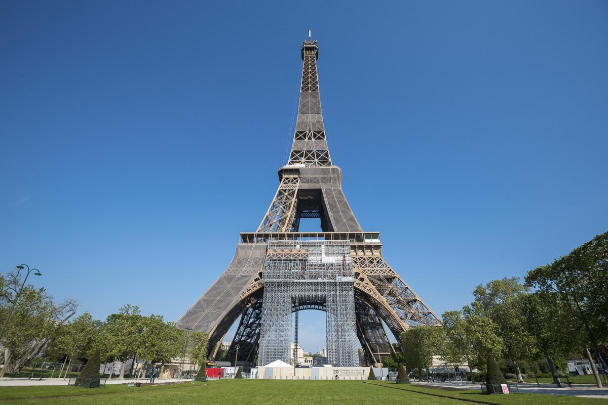 La Tour Eiffel en travaux.