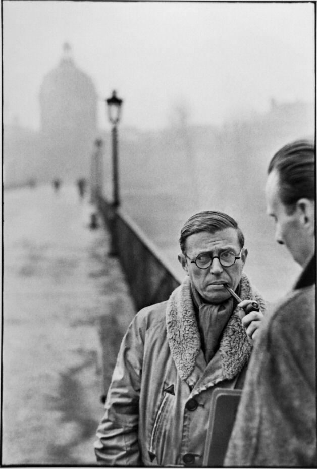 Jean-Paul Sartre et Jean Pouillon sur le pont des Arts, Paris, 1945 Collection du musée Carnavalet – Histoire de Paris