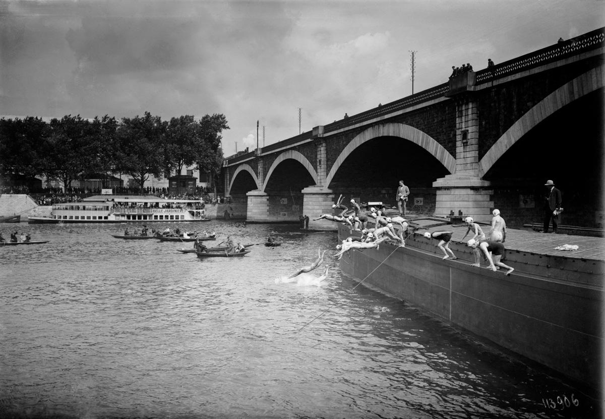 Traversée de Paris à la nage. Le départ. 19 août 1923