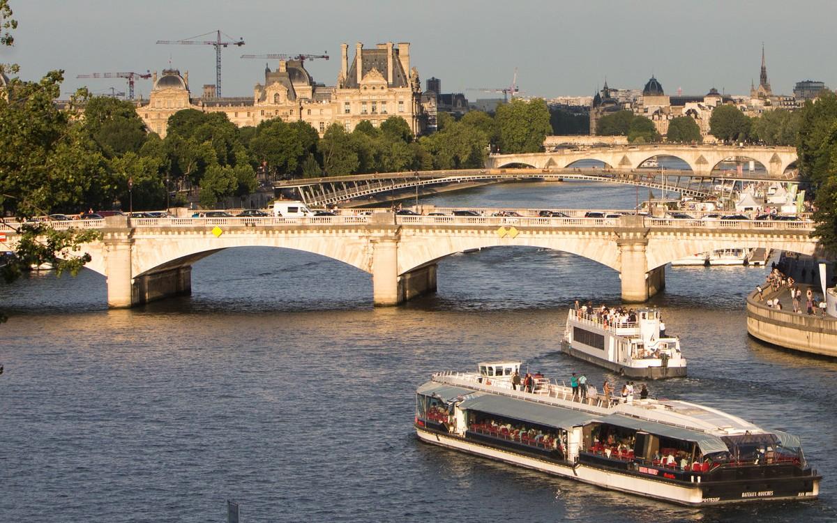 Bateaux-mouches sur la Seine