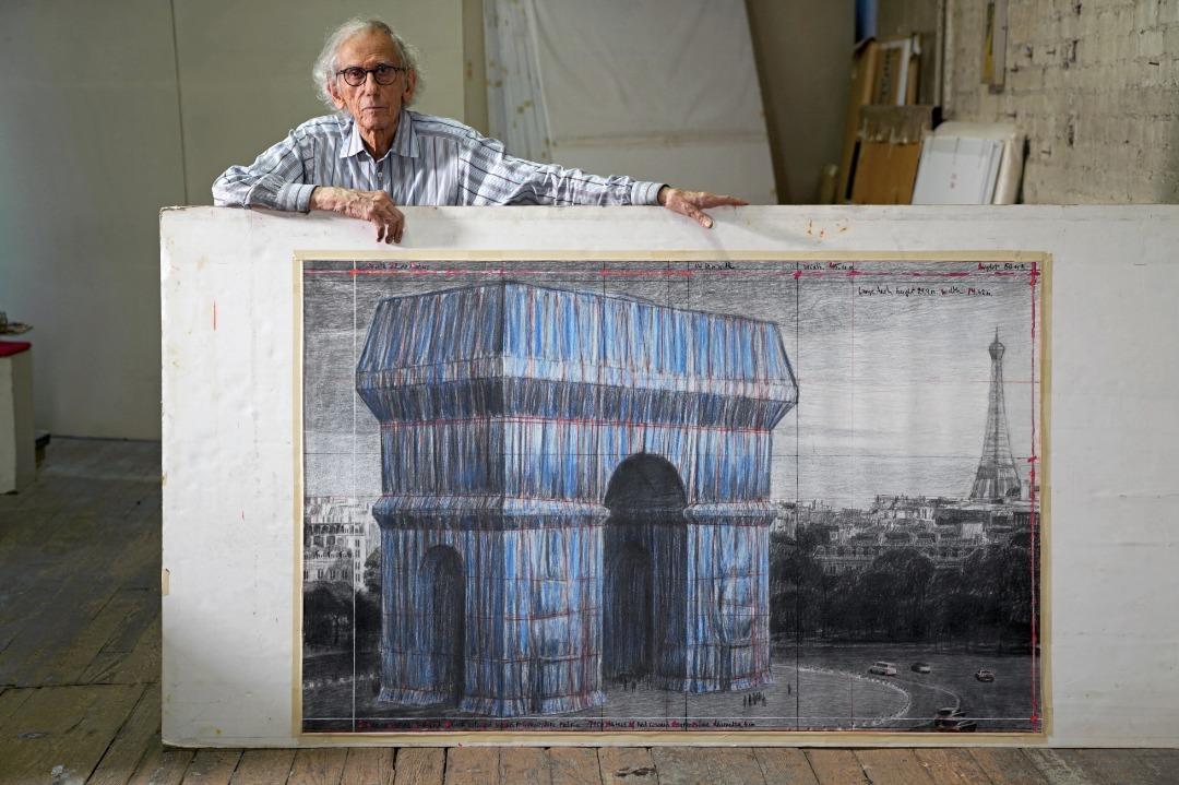 Christo dans son studio avec un dessin préparatoire pour L'Arc de Triomphe, Wrapped New York City, 20 septembre 2019